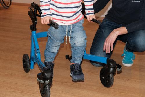 Praxis Dr. Wenner, Anpassen eines Kinder-Gehwagens