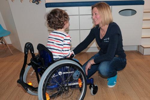 Praxis Dr. Wenner, Anpassen eines Kinder-Rollstuhles